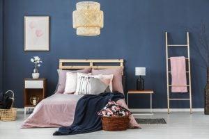 남색 배경의 침실 그리고 핑크색 침대