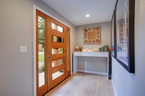 현관에 향초를 두면 실용적이면서 아름다운 공간이 완성된다.