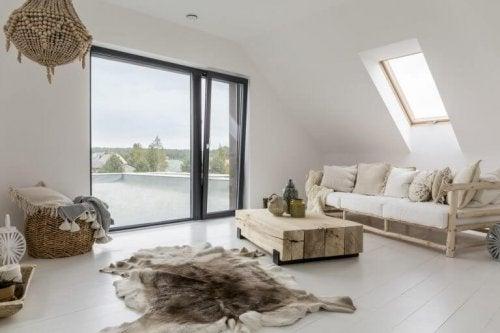 다락은 지붕 바로 아래 공간을 가리키며, 비스듬한 천장이 가장 대표적인 특징이다.