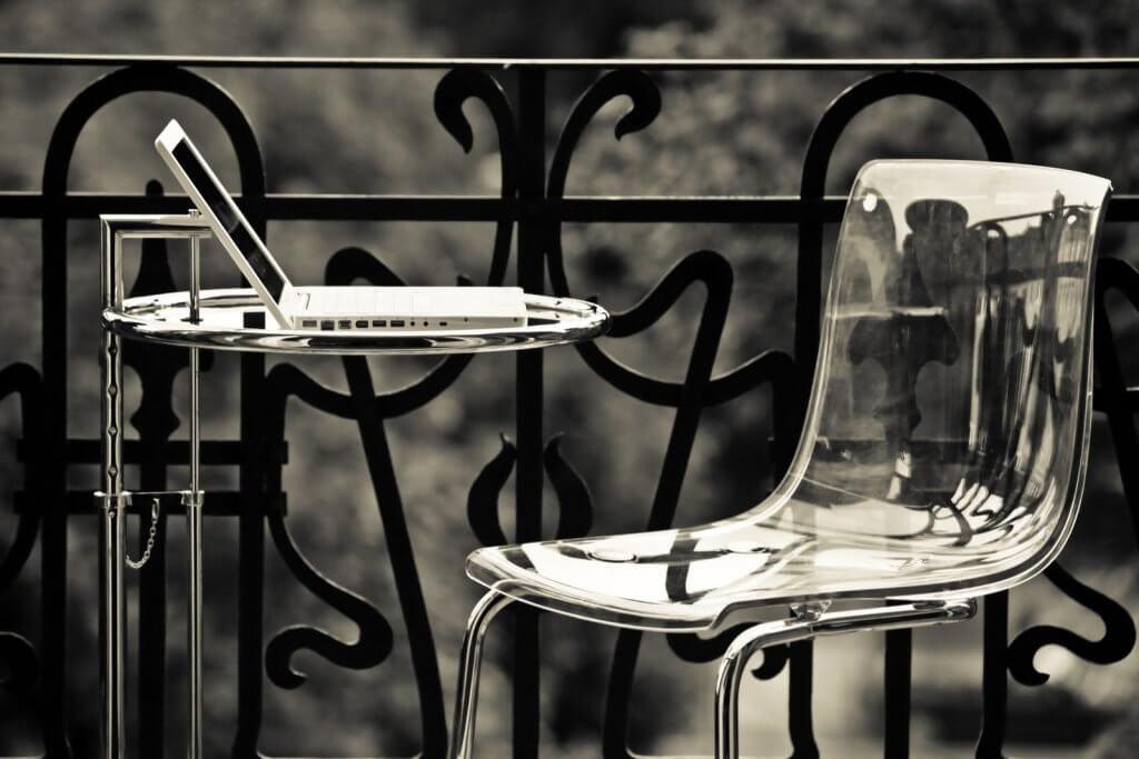 우아한 공간 활용을 위한 해결책, 아크릴 수지 의자