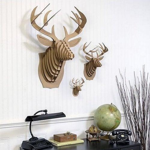 기발한 재료로 만들어진 동물 형상 벽걸이 장식품을 쉽게 찾아볼 수 있다.