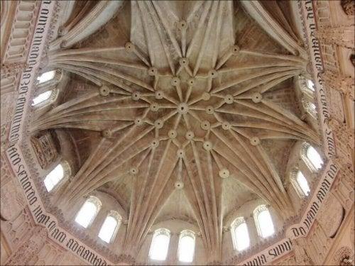 아치형 천장 중에는 스타 볼트라고 불리는 종류가 있다.