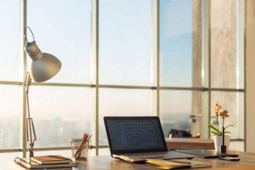 앵글포이즈 램프는 클래식하고 전통적인 디자인으로 어디서든 찾아볼 수 있다.