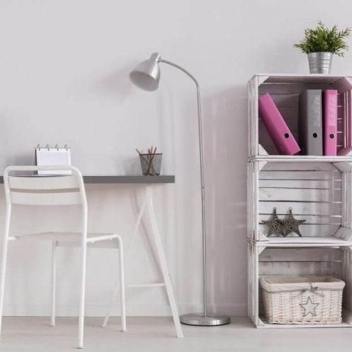 플로어 스탠드는 공간이 작아 큰 책상을 둘 수 없는 경우 안성맞춤이다.