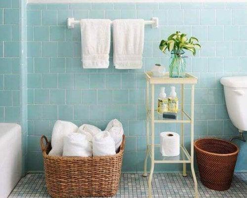 각종 물건을 담아두는 작은 바구니는 욕실이나 침실 어디에든 훌륭한 인테리어의 고전일 것이다.