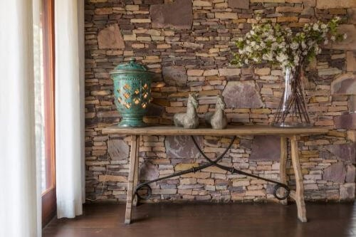 """""""자연석 벽""""으로 홈 인테리어의 품격 높이기"""