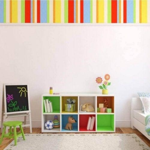 정육면체 선반은 아이 방을 깔끔하게 유지하기 위한 실용성과 장식성을 모두 갖춘 소품이다.