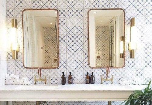 러스틱한 욕실을 꾸미려면 오래되거나 빈티지한 느낌의 거울틀을 골라보자.