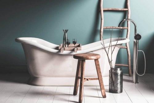 러스틱한 욕실의 주요 특징 하나를 고르라면 바로 독립형 욕조이다.