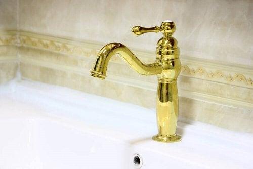 러스틱 스타일의 욕실에는 낡은 느낌의 금색 모델을 골라보자.