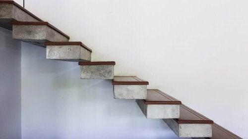 모던하고 미니멀한 공중 계단은 공간 분위기를 가볍게 띄워주는 역할을 한다.
