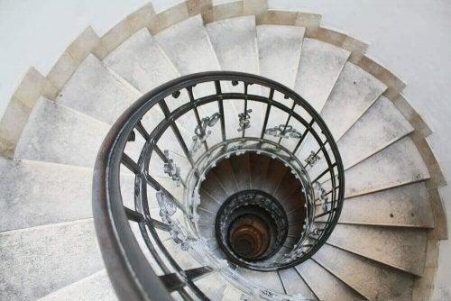집 안에 공간이 많지 않다면 곡선 또는 나선형의 계단을 고려해볼 수 있다.