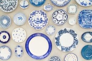 푸른색 전통적인 접시로 벽 데코하기
