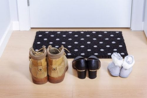 밖에서 신는 신발을 집에서 사용하지 말라