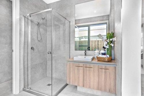 작은 욕실에서는 욕조 대신 샤워 부스를 쓰자.