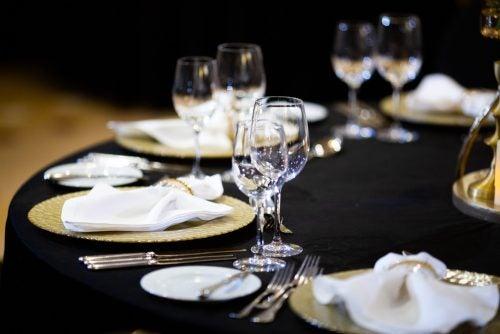 검은색 식탁보로 꾸며진 식탁