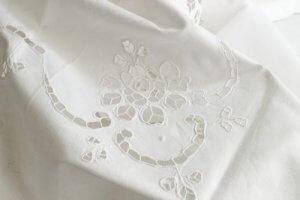 하얀 레이스 식탁보