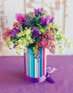 색연필로 장식한 꽃병