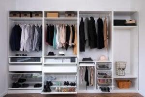 옷장에 정리된 옷