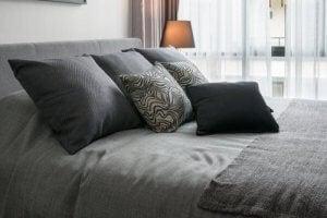 회색 톤의 침대 시트