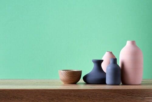 병을 활용하여 선반을 장식하는 독창적인 아이디어: 작은 도자기를 이용한 데코