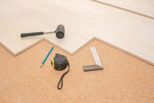 뭐가 더 실용적일까: 나무 바닥 vs. 카펫