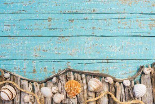 목재 가구에 오래된 듯한 느낌의 페인트 효과 주기