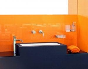 주황색 장식: 벽과 가구