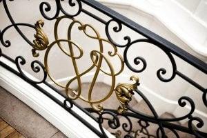 고딕 양식의 연철 계단 난간
