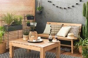 4. 트렌디한 여름 발코니 아이디어: 목재