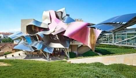 프랭크 게리 건축물 사이의 일부 유사점
