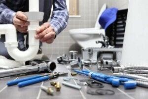 막힌 하수구를 뚫는 효과적인 방법: 전문가의 도움