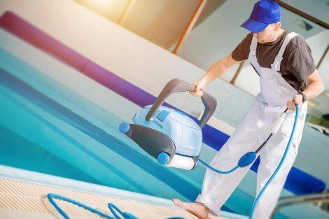 수영장 청소기를 연결하고 사용하는 단계