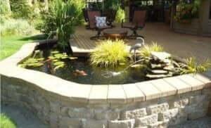 높게 설치된 정원 연못