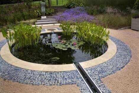 원형 정원 연못