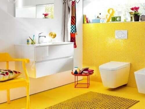 노란 욕실 이미지
