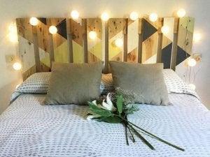 Hoofdeinde van houten planken met lichtjes