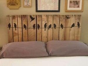 Hoofdeinde van houten planken met vinyl vogeltjes