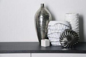 In een moderne inrichting zijn beschilderde of getextureerde keramische vazen een goede optie