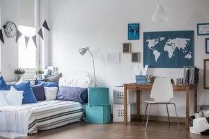 Om de verschillende zones in de tienerkamer te scheiden, kun je alles gebruiken, van tapijten tot gordijnen of vouwschermen.