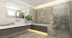 Praktische badkamer met veel ruimte