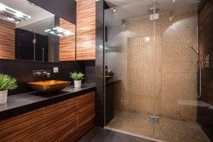 Een wastafelkastje is ook onderdeel van badkamersets
