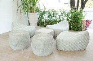 Ontspanningsruimte met ronde witte meubelen