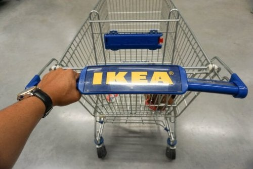 Winkelen bij IKEA met een winkelwagen