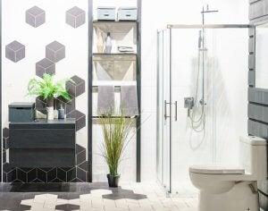 Geometrische badkamer met een plant en donkere kleuren