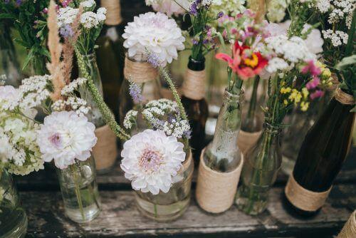 Glazen flessen als bloemenvazen