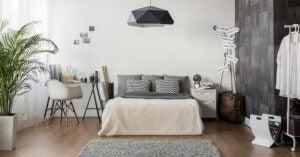 De ruimte onder het bed kun je goed gebruiken om spullen op te ruimen