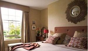 Zonnespiegel boven het hoofdeinde van je bed