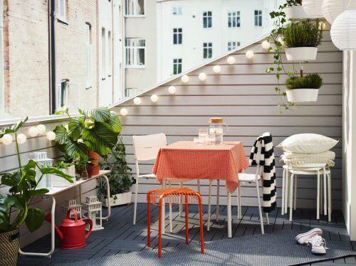 Leuningen zijn de perfecte plek voor lampjes in je balkontuin