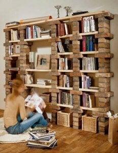 boekenkast met baksteen en houten planken